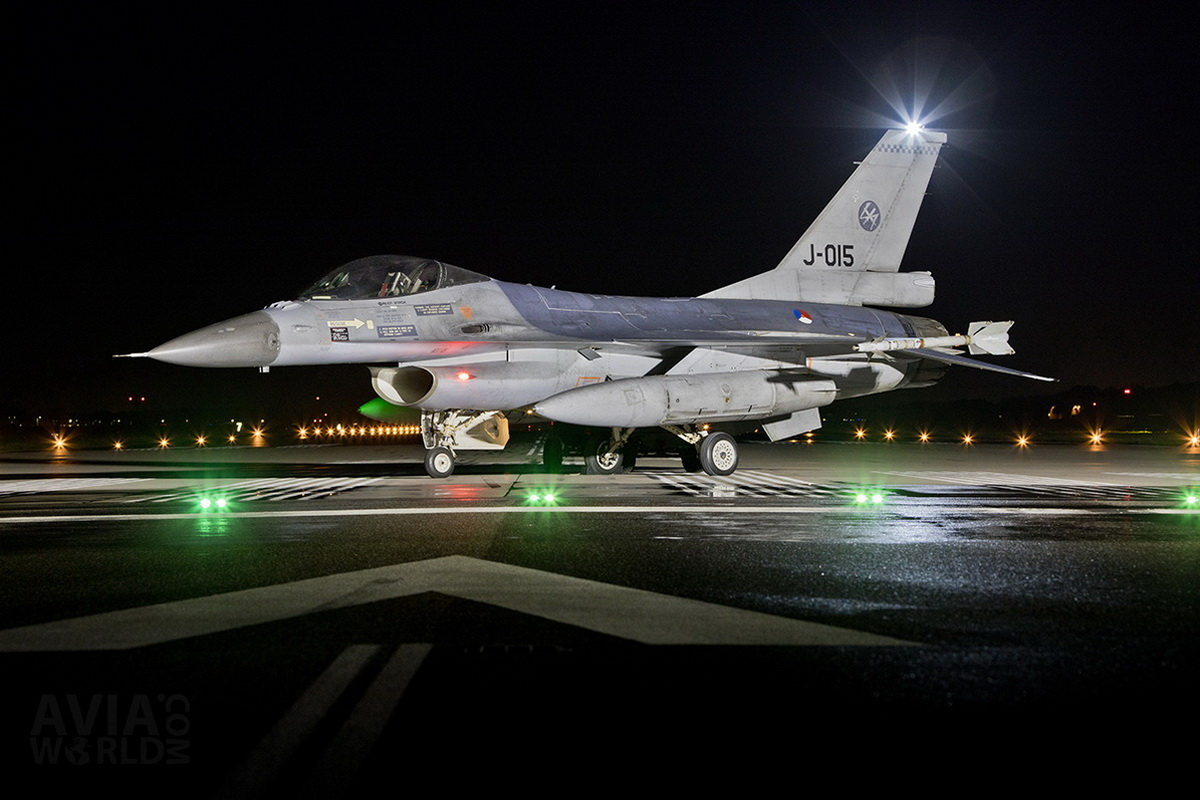 RNLAF Klu F-16A MLU J-015 at Night